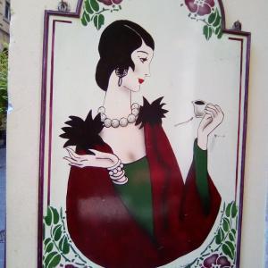 モガ(モダンガール)がカワイイ♡バールの看板