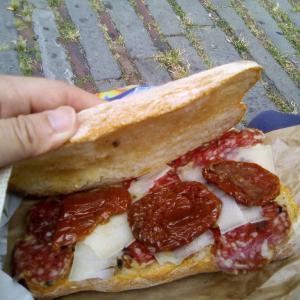 パニーノ☆トリュフ入りサラミ、プリモサーレ(チーズ)、ドライトマトのオイル漬け