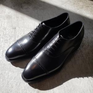スーツスタイルの足元コーデにおすすめのビジネスシューズ パンチドキャップトゥ シューイズム新作靴