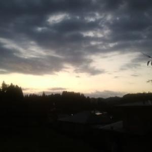 見事なほどの満月と朝焼けに染まる空 千葉県大多喜町