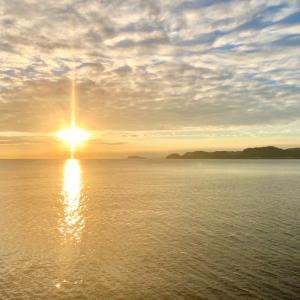 見ると運気が上がる「黄金の太陽光と龍雲」の写真
