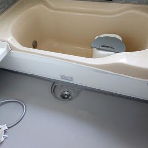 アクリアバス(クリナップ)の浴槽エプロンを「自己責任」で外してみたら……