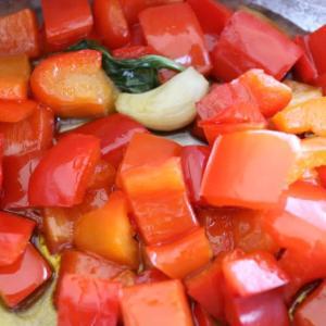 鶏モモ肉、キノコ、アスパラガスの赤パプリカソース