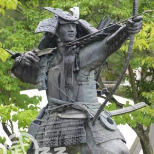 武将の銅像 | 浅利与一の銅像 - 墓の近くに建つ勇ましい銅像! | 地図付き