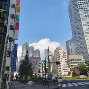 ビルの上にポッカリ浮かんでいる雲をながめるとこころがホンワカしてきます!