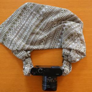 首と肩が痛くならない優秀カメラストラップ「サクラスリング」を、ライカQに取り付けました。