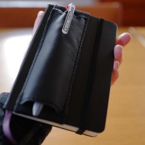 【手帳グッズ】モレスキンポケットノートにぴったりサイズのペンホルダー!「Quiver(クイヴァー)」のレザーペンケースをレビュー