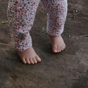 裸足で外遊び