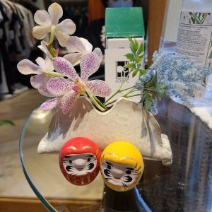 小さな陶器の花瓶に本福寺で買ってきた幸せのだるまさんに、目を書き入れて🎵できあがり!