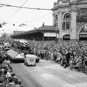 今昔メルボルン!100年前の街並みや群衆の様子をご紹介!