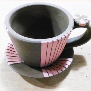 線彫りのカップ&ソーサーを作成中。