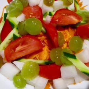 サラダにブドウ