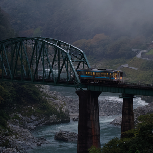 夜明けの吉野川橋梁を行く (土讃線/徳島県 三好市 山城町)