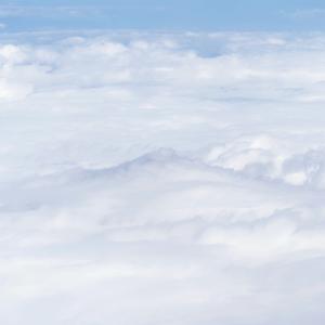 雲の衣をまとう富士山 (静岡県上空)