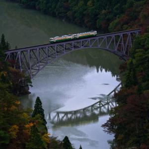秋の只見線を行く始発列車 (第一只見川橋梁/福島県 三島町)