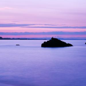 夜明けを迎えるかぶと岩の風景 (相模湾/神奈川県 大磯町)