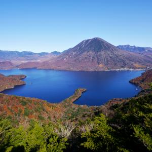 秋色の中禅寺湖と男体山の風景 (半月山展望台/栃木県 日光市)