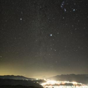 輝くオリオン座と冬の大三角形 (高ボッチ高原/長野県 岡谷市)