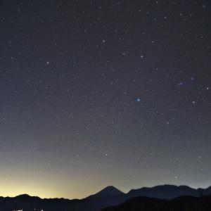 星空のシルエット富士 (山梨県 富士川町)
