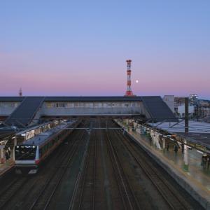 ビーナスベルトの光に包まれる駅 (東京都 八王子市)