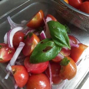 トマトサラダと納豆巻き