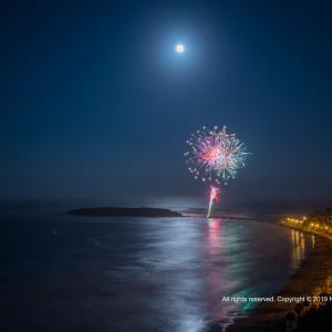 青島と花火と月の道