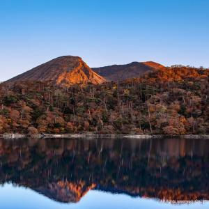 夕日に染まる韓国岳と六観音御池