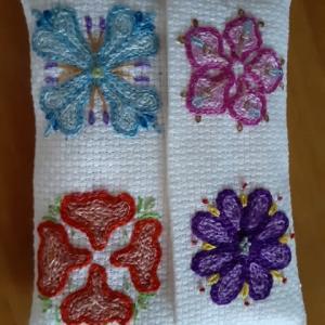 花のエンブレムの刺繍