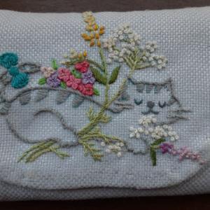 刺繍。フラワーガーデンの猫。