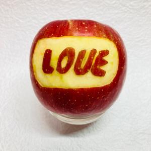 りんごのカービング~文字入れ「LOVE」