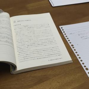 指導の間の休み時間に勉強中