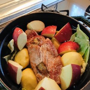 ストウブでリンゴ料理。