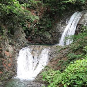 日塩もみじラインの名所「太閤下ろしの滝」。秀吉を魅了したとも伝えられる美しさ【栃木県日光市】