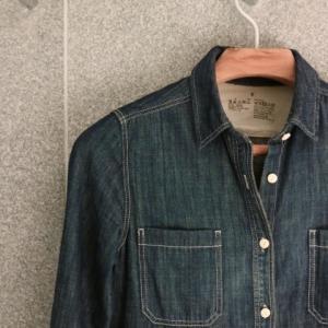 少ない服で暮らす。無印良品の万能「デニムシャツ」ならオールシーズンコーデが完成!