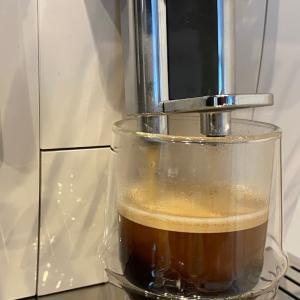 デロンギの全自動コーヒーマシンから水漏れが・・・修理までの流れを紹介します。
