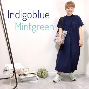 インディゴブルーのワンピースとミントグリーンのスニーカースタイル