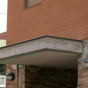 新築打ち放しコンクリート:玄関廻りの化粧直しとエイジング処理