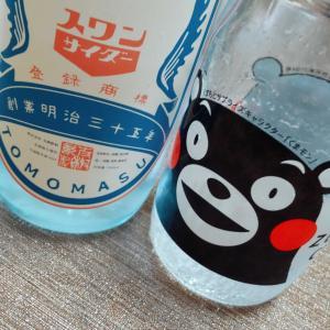 九州支部長 サイダーを飲む