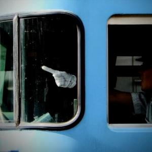 【JR東日本】中指が話題になっていますがここで模範的なウテシさんの指差し呼称をみてみましょう