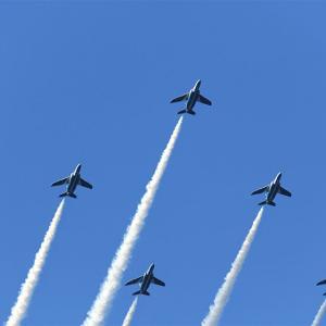 ブルーインパルスの飛行。