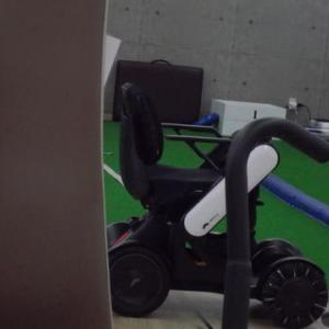 体幹リハビリで利用者が乗ってきた電動車椅子ウイルをオーナー先生がグルグル乗りまくっていた。高輪ゲートウエイの駅中で活躍しそうな次世代の乗り物。