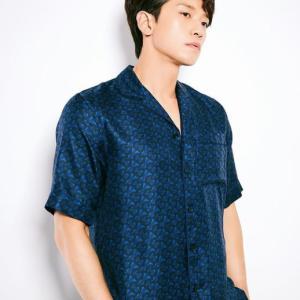 RAIN(ピ)名品シャツを着ながら外観を誇示