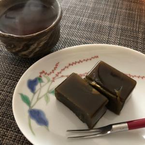 無農薬茶葉のほうじ茶羊羹とオーガニックほうじ茶で一服。