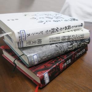 読みたい本が積まれているのは、無上のよろこびにゃん。