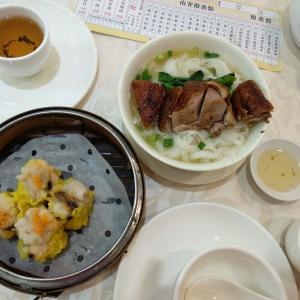 香港地元飯、飲茶:下午茶のお得な飲茶。蒸し焼売、センマイの旨煮、蒸しえび餃子やチャーシュー饅頭。焼鴨河粉(香港風きしめんローストダックのせ)などなど。(新光、香港仔)