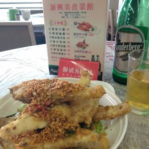 香港地元飯、ダイパイトン:草魚の腹身の唐揚げ塩コショウ風味、辛い唐辛子とガチョウの腸の炒めもの、香港風きしめん五目あんかけ。貴重な通し営業ダイパイトン。(新興美食菜館、瑞和街街市、クントン)