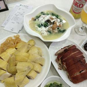 香港地元飯、酒家:広東風ゆで鶏とくらげのおつまみ、こぶたのロースト皮パリパリ焼き、ピータンと塩たまご、ひき肉とお野菜のスープ煮。気軽にまったり香港ローカル料理がお得なお店 (品嚼酒家、大窩口)