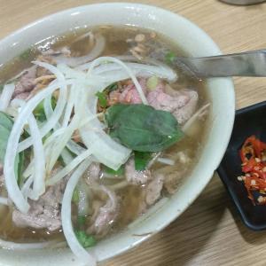 香港でベトナム料理:生牛肉入のフォー、ベトナム春巻きのまぜ麺(津津食店、越南美食、ケネディータウン西環)