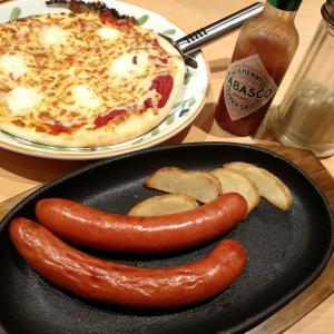 香港でイタリアン:ピザとドリアとソーセージ(サイゼリヤ香港)