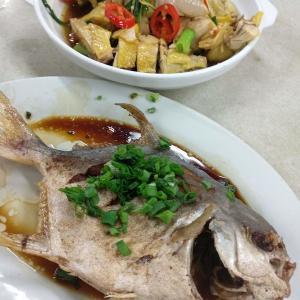 香港地元飯、ダイパイトン:鶏の丸茹であっさり醤油だれ、マナガツオ丸々一匹揚げ、香港風きしめん牛肉炒め(湾仔、駱克道街市熟食中心)